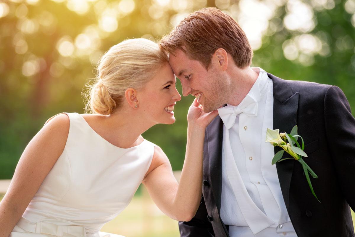 bruden och brudgummen huvud mot huvud på ett staket Hillringsbergs herrgård Arvika