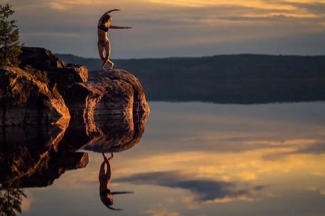 kvinna dansar på stor sten vid Stora Gla Glaskogen Arvika