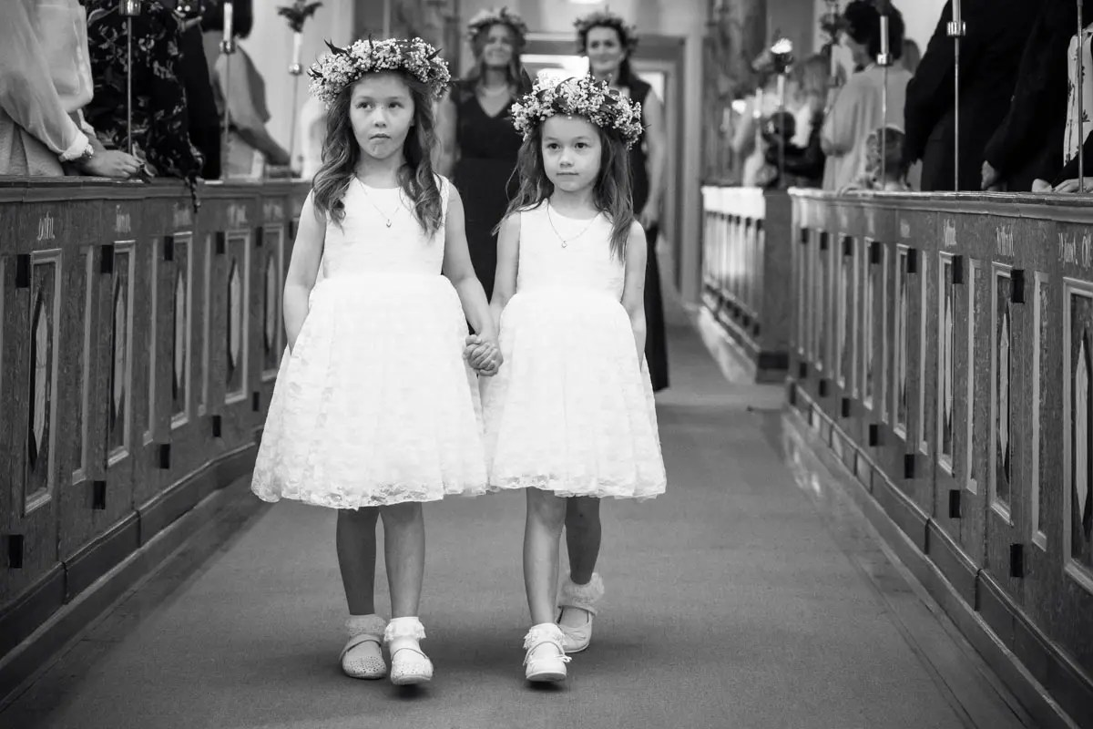 Två små brudtärnor i Mikaelikyrkan Arvika