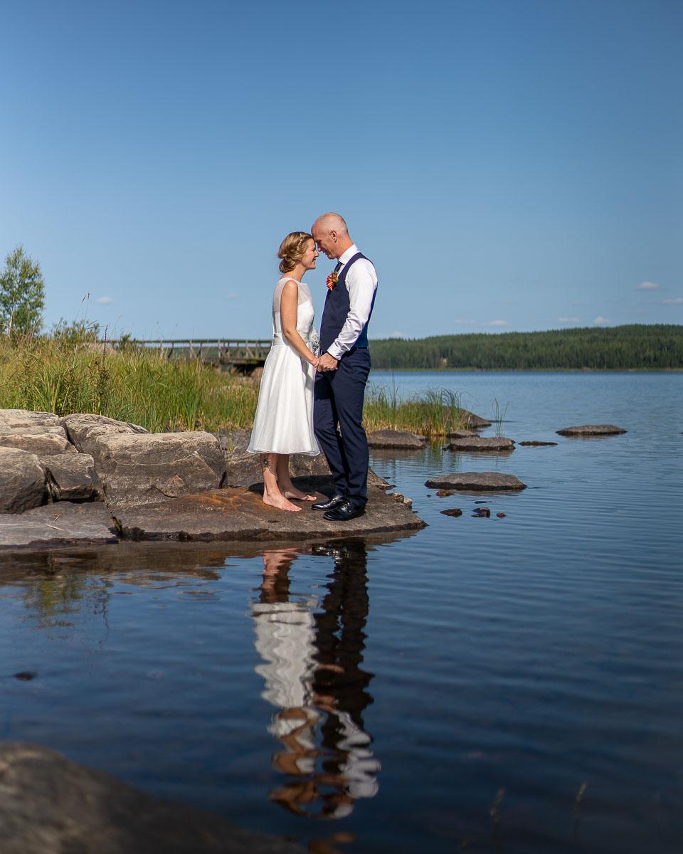 Bröllopspar kysser varandra vid kanten av Glafsfjorden Arvika