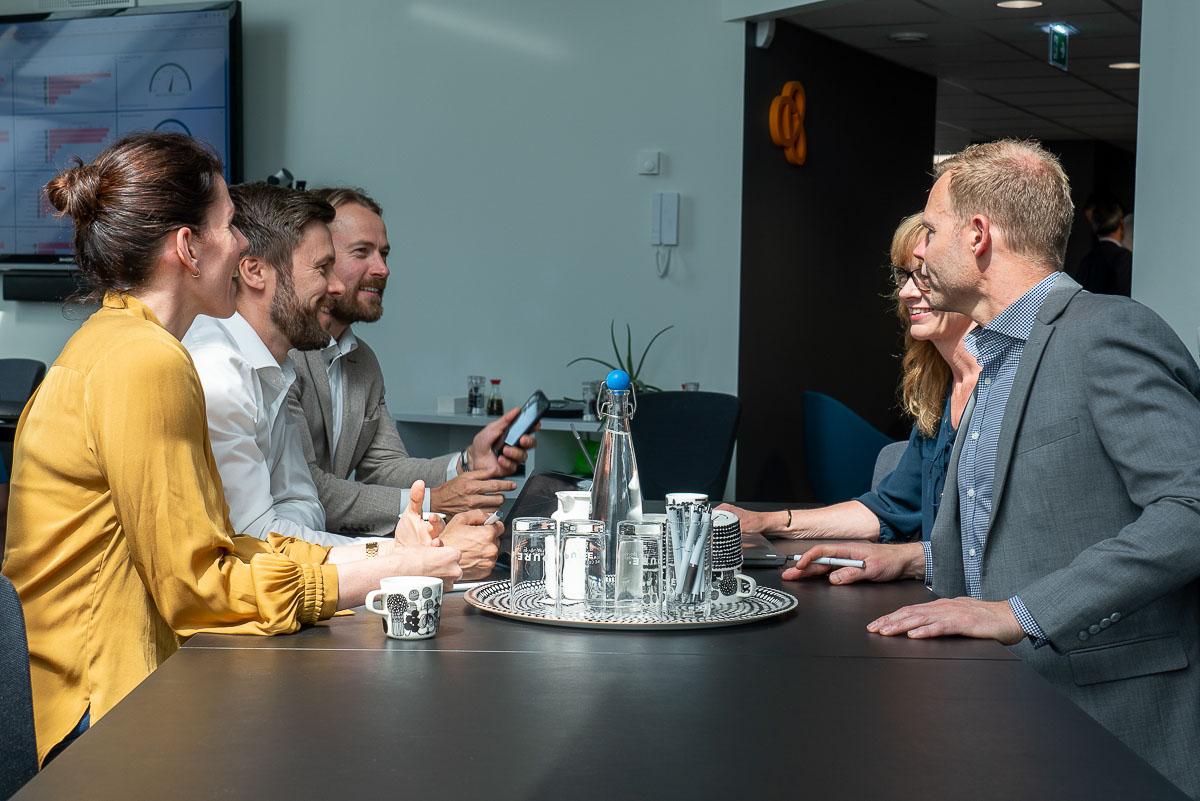 flera personer diskuterar under ett möte
