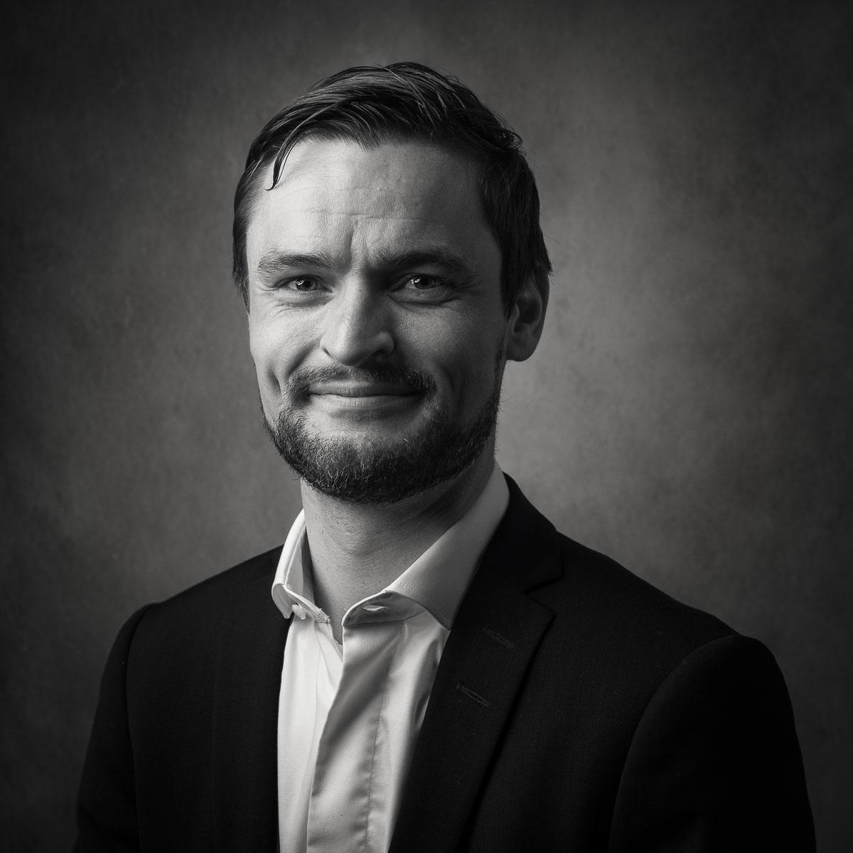 personalfoto av man i svartvitt