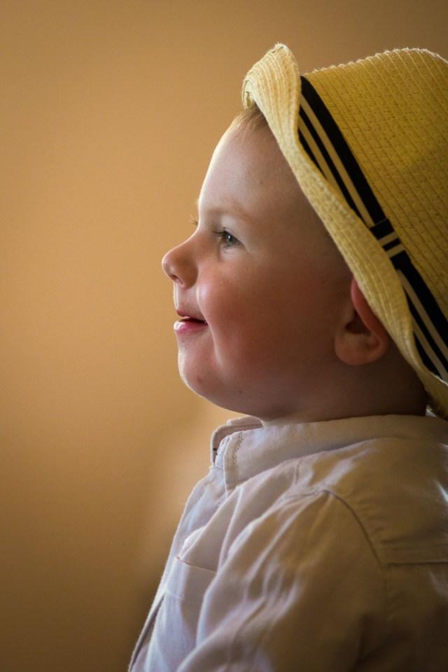 profil av liten glad pojke med hatt