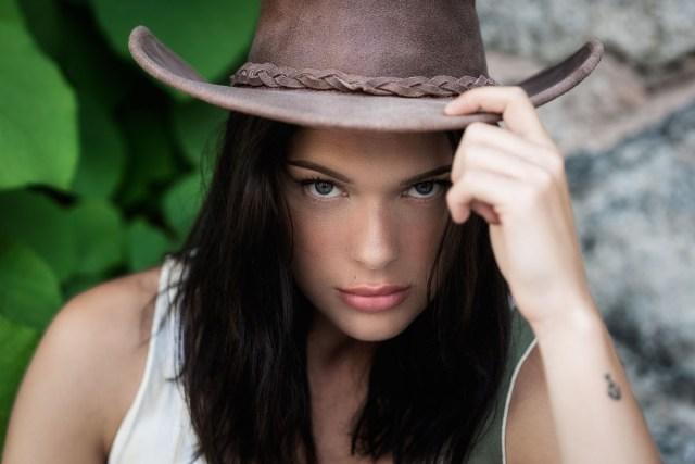 kvinna i cowboyhatt
