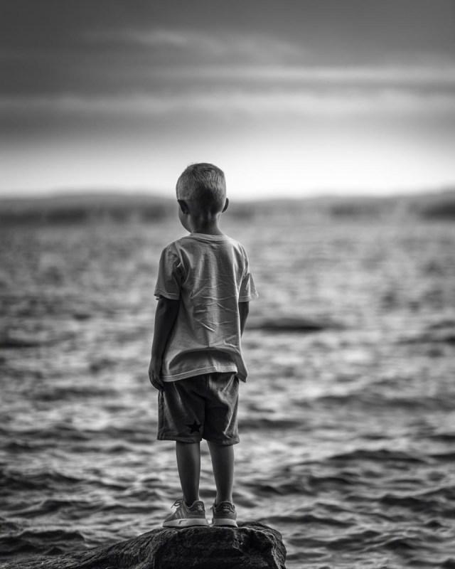 Liten pojke står på sten vid Glafsfjorden Arvika