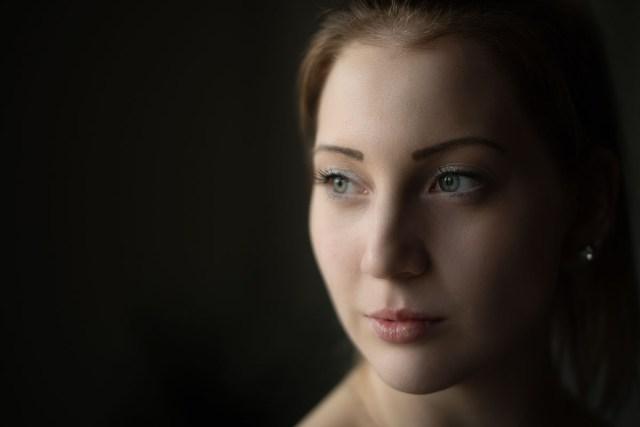 porträtt av kvinna i fönsterljus i Arvika