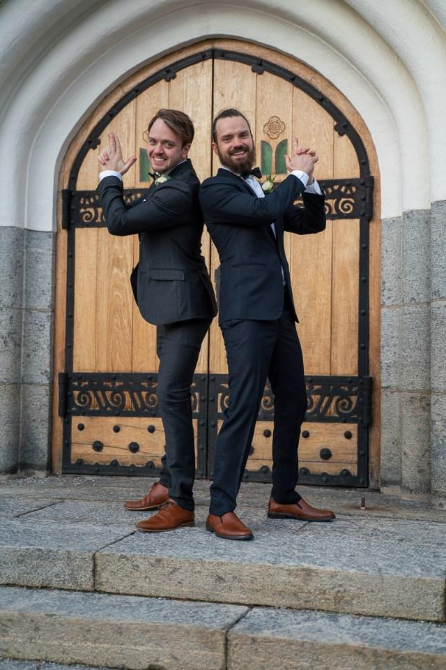 marskalker står rygg mot rygg och leker att de har pistoler i händer på trappan till Trefaldighetskyrkan i Arvika