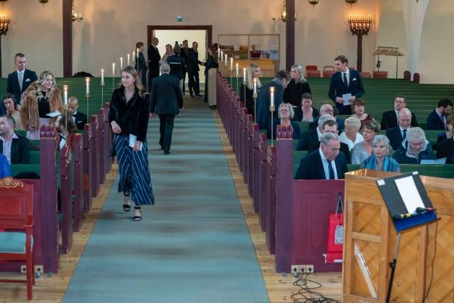 Gäster anländer till bröllop i Trefaldighetskyrkan i Arvika