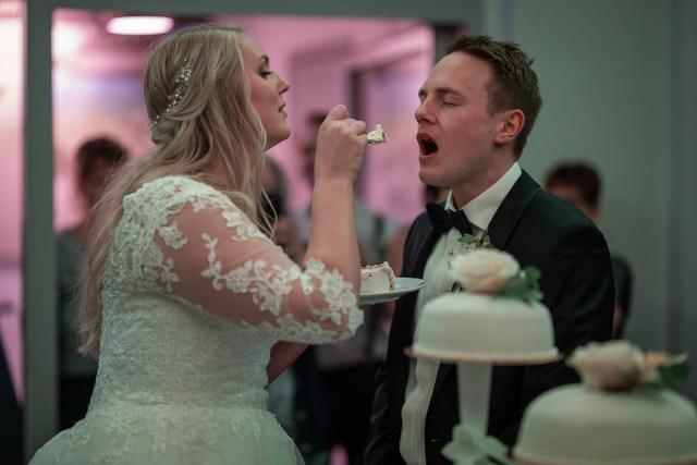 Bruden matar brudgummen med tårta på Scandic hotell i Arvika