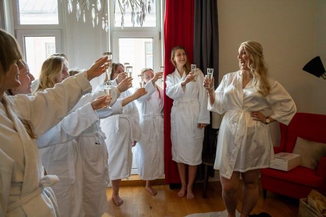 bruden skålar i champagne med vänner och brudtärnor på Scandic hotell i Arvika