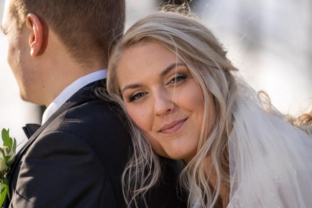 bruden vilar på brudgummens axel på Viksholmen i Arvika