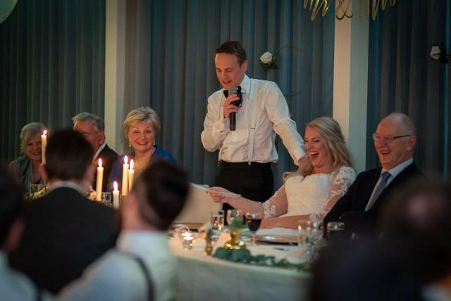 Brudgummen håller tal för bruden på Scandic hotell i Arvika