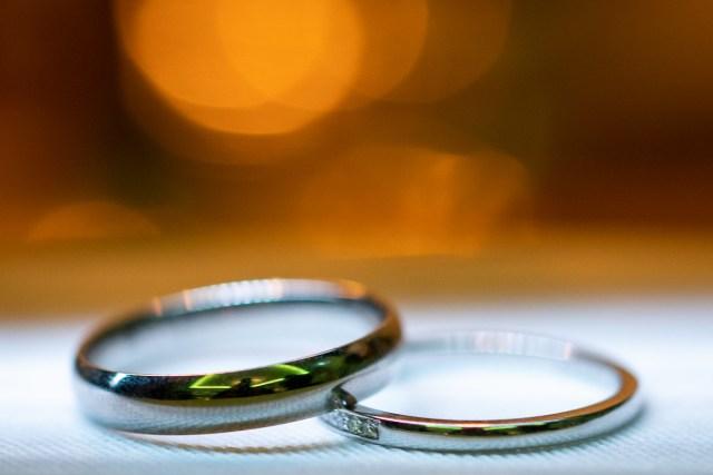 bröllopsparets vigselringar på ett vitt bord på Scandic hotell i Arvika