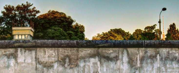 Mauer, Wachturm und Fernsehturm