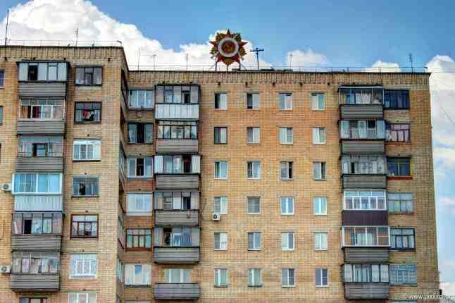 Ein Wohnhaus am Bahnhof, auf dem der Orden des Großen Vaterländischen Krieges prangt.