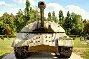 Der Panzer IS-3 von vorne.