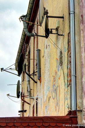 Rohre ragen aus der Wand