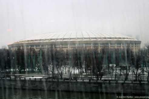 Das Lushnikistadion durch die Scheibe fotografiert