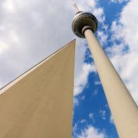 Der Berliner Fernsehturm von unten