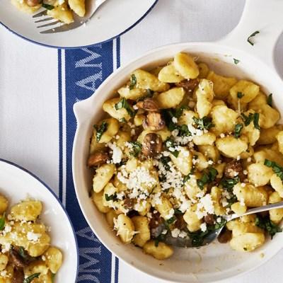 Gnocchi con champiñones y queso feta