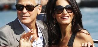 George Clooney y Amal saludan a los medios congregados a su alrededor
