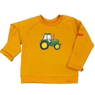 Oker sweater met John Deere voor kleine kinderen. Gemaakt van biologische katoen. De illustratie is van Inge Adema van atelier Pjut in Leeuwarden.