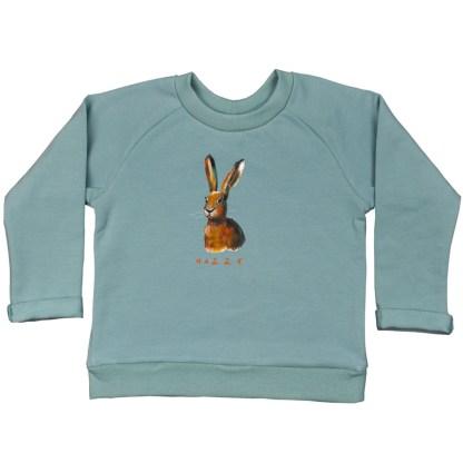 Zeegroene sweater met haas voor kind. Van biologische katoen. de illustratie is van Inge Adema van atelier Pjut