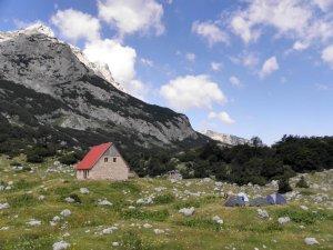 Planinarski dom pored Škrčkog jezera