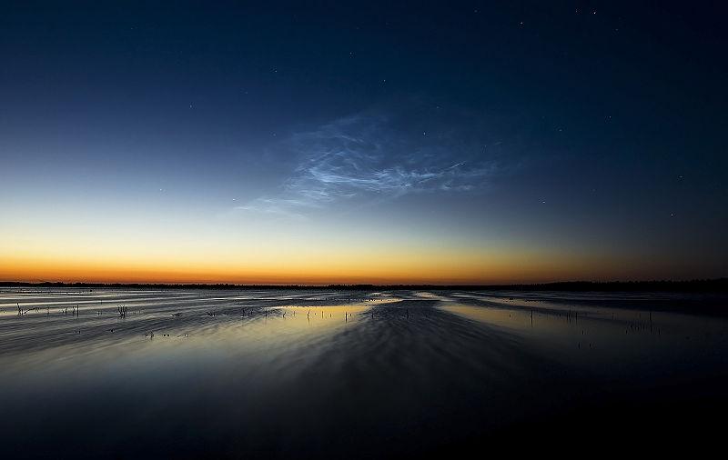 Lichtende nachtwolken boven het Bargerveen, Drenthe