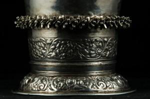 Fraai bewerkte voet van zilveren beker uit de St Donatuskerk in Leermens