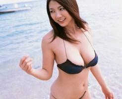ビーチにいる巨乳ビキニギャル