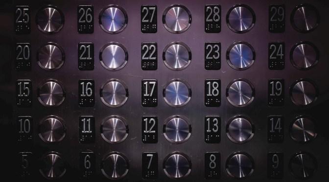 Zdjęcie tablicy przycisków w hotelowej windzie