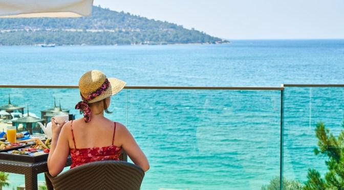 Widok na morze z hotelu w kurorcie, gdzie pobierana jest opłata klimatyczna