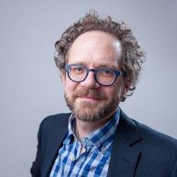 Paul van Buuren portret met blauwe bril