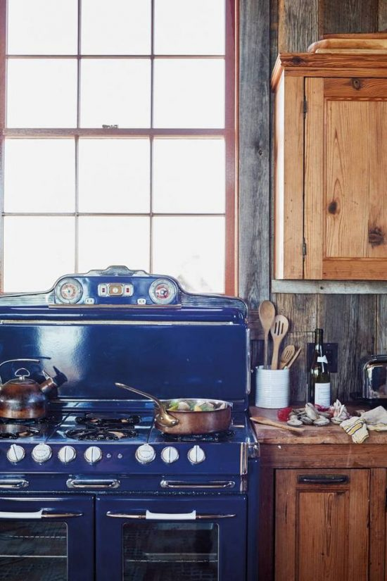 6-lessons-in-living-and-entertaining-by-the-beach-blue-and-brown-and-wood-kitchen-575ef423f4da36ab6ef3c151-w1000_h1000