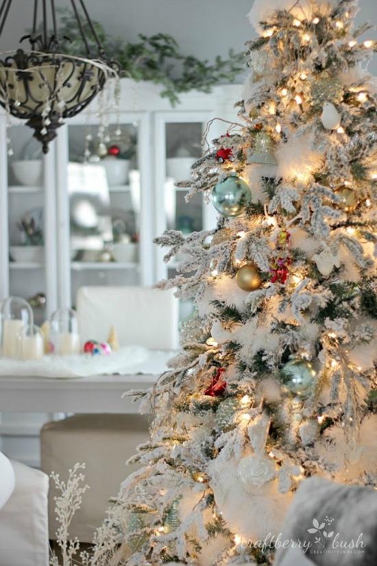 Christmashousetour2014livingroomflockedtreecraftberrybush