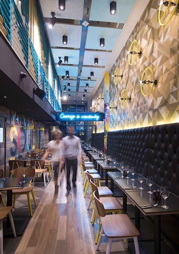 Desain-Interior-Eklektik-dan-Quirky-Cafe-Bluetrain-041