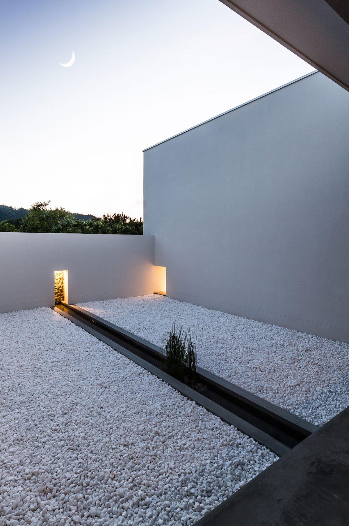 Minimalist japanese house built around a zen garden by for Minimalist white house by koichi kimura