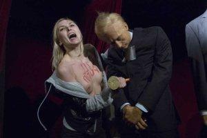 Une-militante-Femen-a-attaque-la-statue-de-Vladimir-Poutine-au-musee-Grevin_scalewidth_630