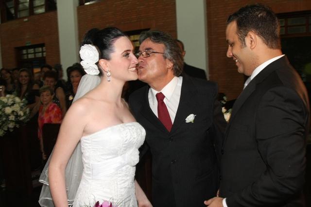 Casamento - foto do pai da noiva entregando a noiva ao noivo no altar - Catedral Anglicana de São Paulo - Cintia e Cauê