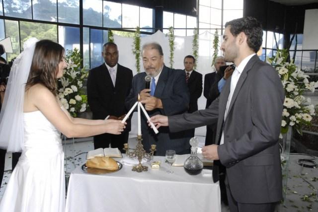Rituais em casamento: velas que se unem no casório de Kalinka e Selotti.