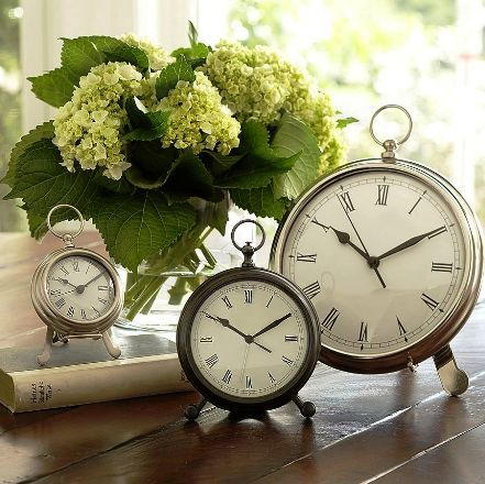 Decoração de mesa com relógios para chá de cozinha inspirado em Alice no país das maravilhas