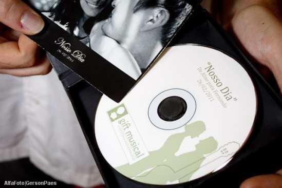 Gift Musical: música composta em homenagem aos noivos, em CD com fotos do casal