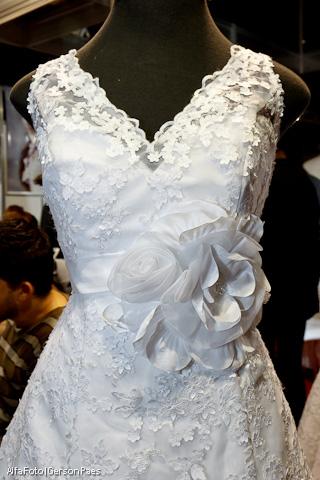 Vestido de noiva com decote em V e flor na cintura, da Fernanda Rigor