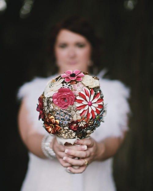 Casamento rock: buquê de noiva colorido