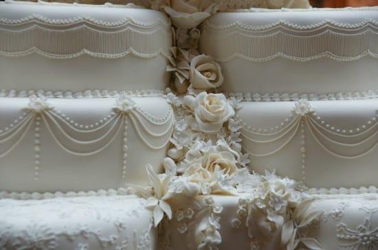 Bolo branco do casamento real: detalhe das flores de biscuit