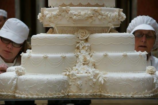 Bolo branco do casamento real: detalhe dos andares separados