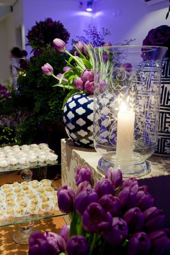 Casamento: detalhe da decoração da mesa de doces em roxo e lilás, com velas e tulipas