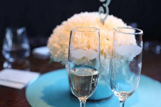 Decoração de casamento gay: taças com bigodes