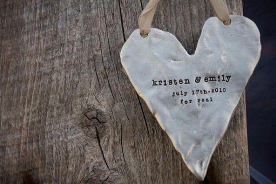 Decoração de casamento gay: coração de metal com nome das noivas